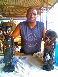 The artist with his beautiful Pescador and Zungueira carvings.